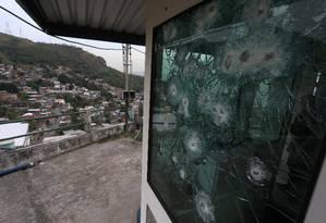 Uma cabine blindada da PM no Complexo do Lins, Rio de Janeiro Foto: Fabiano Rocha / Agência O Globo