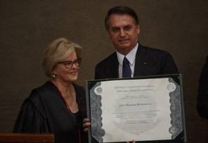 A presidente do TSE, ministra Rosa Weber, entregue o diploma eleitoral ao presidente eleito Jair Bolsonaro Foto: Daniel Marenco/Agência O Globo