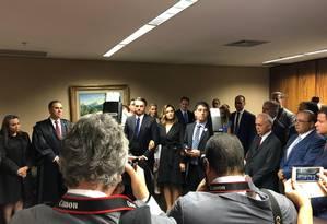 Antes da cerimônia de diplomação, Bolsonaro posa para fotos com a mulher Michelle e ministros do tribunal Foto: Divulgação