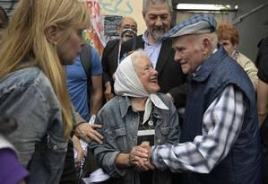Carlos Gareis (D), ex-operário da Ford e ex-preso político, sua filha Estela (E) e a presidente das Mães da Praça de Maio, Nora Cortinas, depois do anúncio da sentença Foto: JUAN MABROMATA / AFP