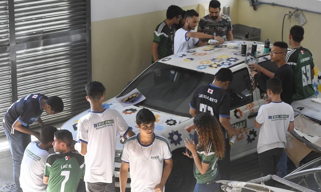 Alunos aplicam conhecimentos de Química, Geometria e Artes para pintar carro Foto: José Paulo Lacerda / Divulgação