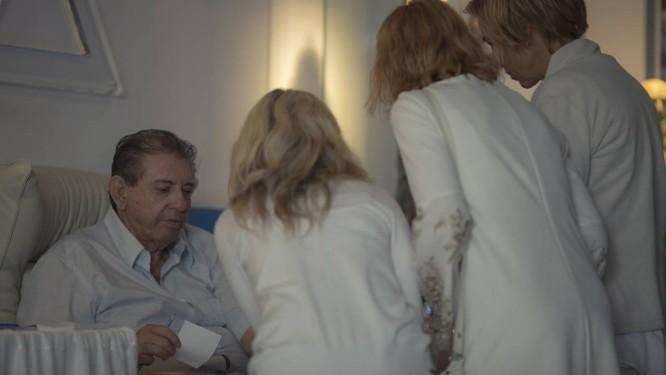 O médium João de Deus entrega receitas a pacientes durante atendimento no centro espírita Casa de Dom Inácio de Loyola, em Abadiânia, Goiás Foto: Daniel Marenco / Agência O Globo/06-07-2018