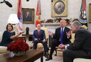 O presidente Donald Trump, ao lado de Pence, discute com o senador Chuck Schumer (à direta) e a deputada Nancy Pelosi, ambos democratas Foto: MARK WILSON / AFP