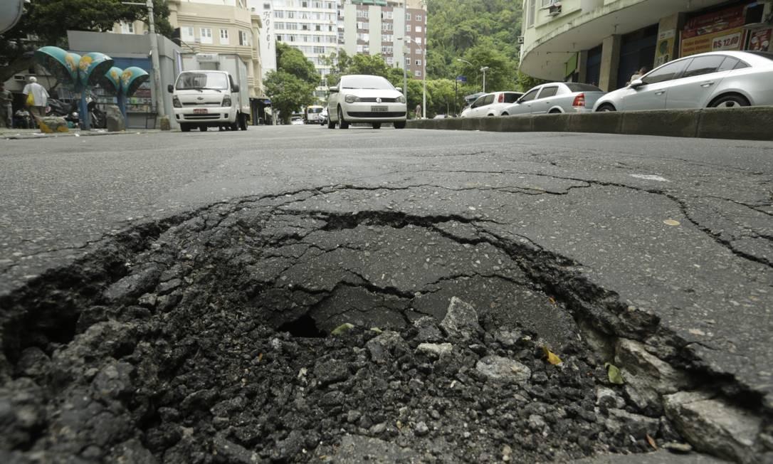 Pelo caminho, motoristas encontram grandes buracos Foto: Gabriel de Paiva / Agência O Globo