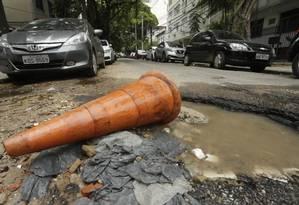 Na Rua Maria Eugênia, no Humaitá, poças d'água se formam nos buracos Foto: Gabriel de Paiva / Agência O Globo
