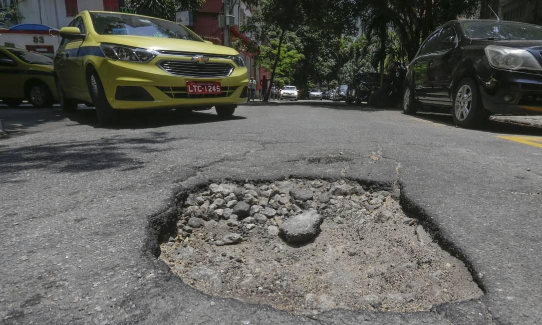 Na Rua Cinco de Julho, em Copacabana, carros desviam das crateras Foto: Gabriel de Paiva / Agência O Globo