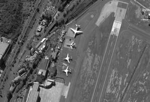 Quatro aviões militares russos - dois bombardeiros Tu-160 (Blackjack), um bombardeiro An-124 (Condor) e um cargueiro IL-62 - no aeroporto de Maiquetía, próximo a Caracas Foto: DIGITALGLOBE / REUTERS