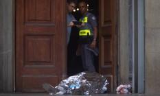 Peritos fotografam corpo de vítima de atirador na Catedral Metropolitana de Campinas Foto: STRINGER / REUTERS