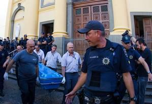 Corpo é retirado da Catedral Metropolitana de Campinas Foto: Ricardo Lima / REUTERS
