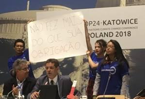 O ministro do Meio Ambiente, Edson Duarte, enfrenta protesto de militantes durante encontro da equipe de negociadores do país Foto: Helena Borges