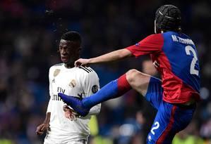 Vinícius Júnior disputa a bola com o brasileiro Mario Fernandes, do CSKA Foto: JAVIER SORIANO / AFP