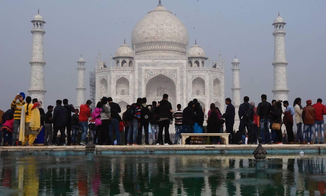 Turistas em frente ao Taj Mahal, atração mais visitada da Índia, que recebe em média 15 mil pessoas por dia Foto: DOMINIQUE FAGET / AFP