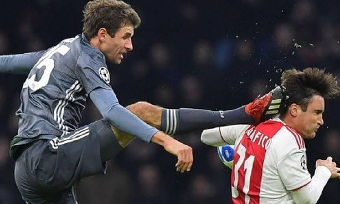 Müller faz entrada criminosa em jogjador do Ajax Foto: Reprodução