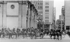Policiais reprimem manifestação de estudantes na Candelária, após missa de sétimo dia de Edson Luís Foto: Arquivo O GLOBO 04/04/1968