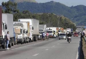 Caminhões em acostamento de rodovia durante a paralisação da categoria de 2018 Foto: Agência Globo