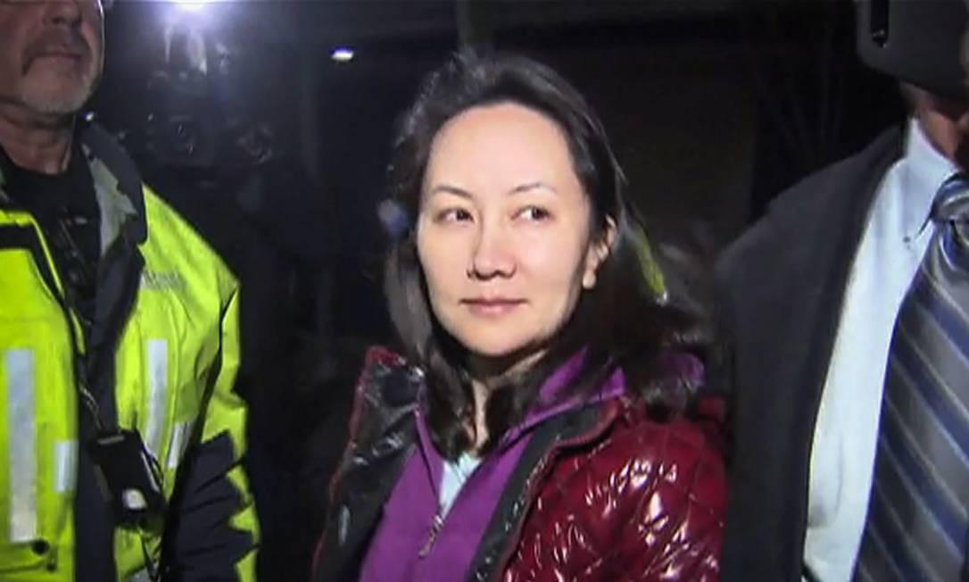 Nesta imagem de TV fornecida pela CTV à AFP, a diretora-financeira da Huawei, Meng Wanzhou, deixa o tribunal em Vancouver, Canadá, após audiência sobre fiança Foto: - / AFP