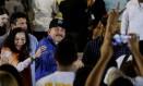 Presidente da Nicarágua, Daniel Ortega, cumprimenta apoiadores ao lado da mulher, a vice-presidente Rosario Murillo Foto: OSWALDO RIVAS / Reuters