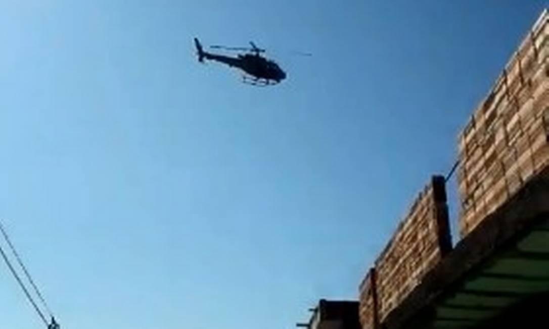 O helicóptero sobrevoa a Morro da Constância Foto: Reprodução de vídeo