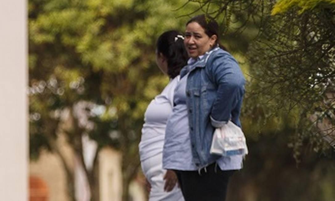 Esposa do médium João de Deus, Ana Keyla Teixeira Lourenço (de camisa jeans), em visita a Abadiania, na manhã desta quinta-feira Foto: Daniel Marenco / Agência O Globo