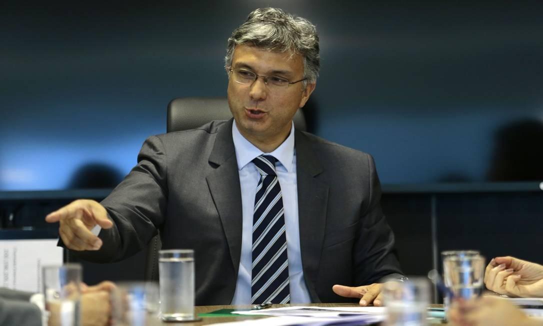 O ministro do Planejamento, Esteves Pedro Colnago, durante entrevista Foto: Jorge William / Agência O Globo