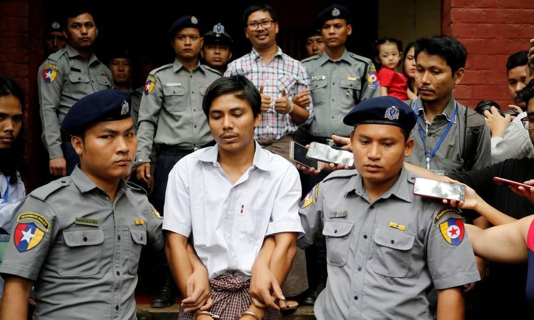 Jornalistas Kyaw Soe Oo e Wa Lone são escoltados pela polícia em Yangon; eles estão presos há um ano por investigarem massacre de rohingyas Foto: Ann Wang / REUTERS