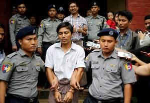 Jornalistas Kyaw Soe Oo e Wa Lone estão presos há um ano por investigarem massacre de rohingyas Foto: Ann Wang / REUTERS