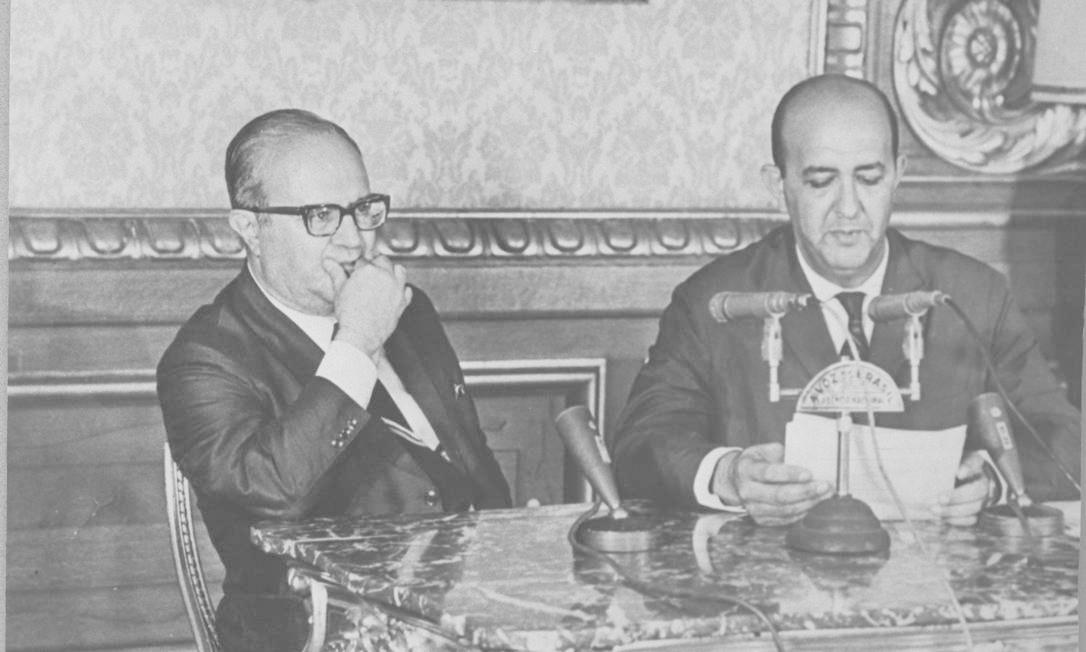 O então ministro da Justiça, Game e Silva, ao lado de Alberto Curi, que lê o AI-5 Foto: Agência O Globo