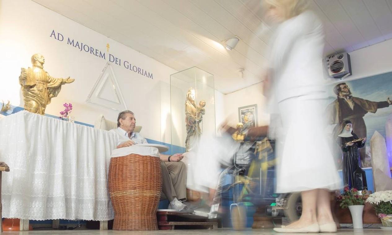 João de Deus faz atendimentos na casa de Dom Inácio de Loyola, fundada por ele em 1976, no interior de Goiás. Ele recebe por dia entre 2 mil e 3 mil pessoas Foto: Daniel Marenco / Agência O Globo