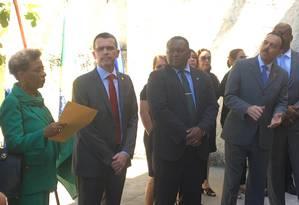 Rivaldo Barbosa (gravata vermelha) e o general interventor Richard Nunes (aplaudindo) durante a cerimônia de inauguração da Delegacia de Combate a Crimes Raciais e Delitos de Intolerância (Decradi), na Lapa, nesta quinta-feira Foto: Paulo Cappelli / Agência O Globo