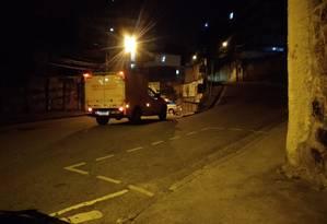 Defesa Civil levou o corpo do motorista ao IML Foto: Letícia Gasparini / Agência O Globo