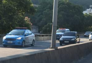 Dois carros da Polícia Militar no Elevado Paulo de Frontin após o arrastão Foto: Fabiano Rocha / Agência O Globo
