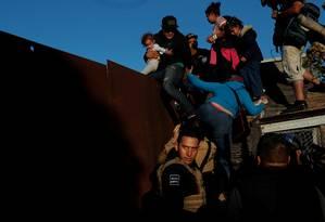 Imigrantes tentam chegar aos EUA em travessias perigosas na fronteira Foto: LEAH MILLIS / REUTERS