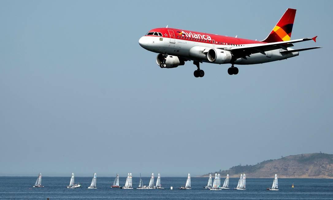 Avião da Avianca sobrevoa a Baía de Guanabara Foto: Vanderlei Almeida / AFP