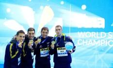 O time brasileiro posa com a medalha de ouro do revezamento do 4x200m livre, no Mundial de Piscina Curta, na China Foto: ALY SONG/REUTERS