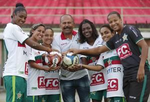 O técnico Sias Rangel com as jogadoras da Associação Atlética Portuguesa: em casa, muitas enfrentam resistência ao esporte Foto: Marcelo de Jesus / Agência O Globo