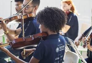 Alunos da Orquestra Maré do Amanhã durante apresentação no Centro Socioeducativo João Bosco, na Ilha do Governador Foto: Divulgação/Marco Brendon