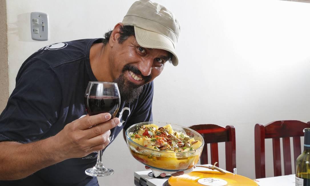 DJ Cleston, do Detonautas, ensina a fazer a receita de bacalhau que prepara para a família