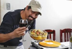 DJ Cleston apresenta o bacalhau que faz sucesso na família Foto: Marcelo de Jesus / Agência O Globo