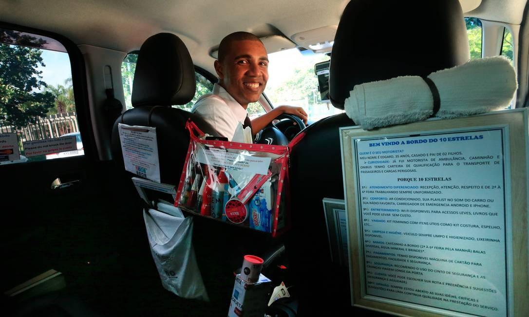 Do que você precisa? O motorista Edgard Belisário tem produtos de manicure e livros no carro, entre outros itens Foto: r / Agência O Globo