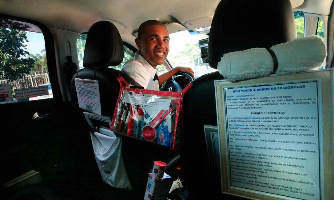 Do que você precisa? O motorista Edgard Belisário tem produtos de manicure e livros no carro, entre outros itens Foto: Roberto Moreyra / Agência O Globo