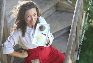 Viviane Coutinho com o polpetone de girassol: ela diz que a natureza se encarrega de entregar alimentos completos para que pratos saudáveis e saborosos possam ser preparados Foto: Roberto Moreyra / Agência O Globo