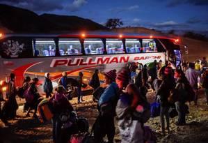 Venezuelanos embarcam em ônibus rumo à fronteira do Equador Foto: LUIS ROBAYO/AFP/22-8-18