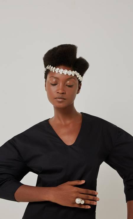 Colar usado na cabeça e anel, ambos Mônica Pondé, e camisa Wymann Foto: pedro henrique / Foto: Pedro Henrique