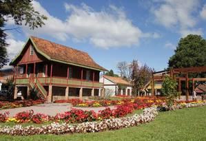 As flores e a arquitetura de estilo alemão são marca registrada de Gramado, no Rio Grande do Sul Foto: Ministério do Turismo / Reprodução