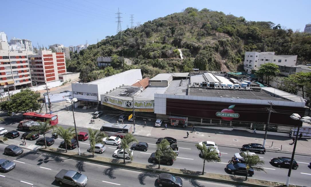 O Morro do Arroz, ao fundo: emenda autoriza a supressão de vegetação na APP em trecho onde há projeto para construção de um shopping Foto: Agência O Globo / Brenno Carvalho/20-09-2017
