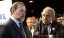 Dias Toffoli conversa com o colunista Ancelmo Gois, antes de começar o debate Foto: Adriana Lorete / Agência O Globo