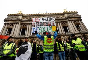 Ativista francês Jean-Baptiste Redde ergue cartaz com os dizeres