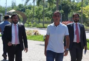 O vereador Marcello Siciliano (ao centro), no condomínio Península, na Barra Foto: Fabiano Rocha / Agência O Globo