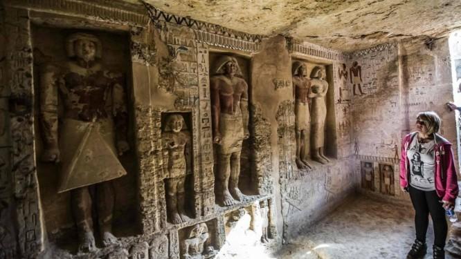 Visitantes entram em tumba descoberta em Saqqara, a 30 quilômetros do Cairo Foto: KHALED DESOUKI/AFP