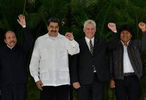 Nicaraguense Daniel Ortega posa ao lado de venezuelano Nicolás Maduro, cubano Miguel Diáz-Canel e boliviano Evo Morales em cúpula da Alba Foto: YAMIL LAGE / AFP